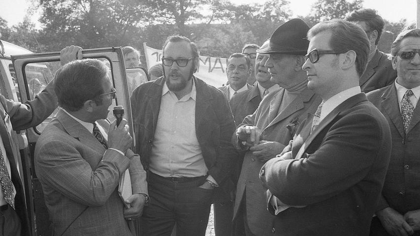 Die Kontrahenten stehen einander gegenüber: links der Landesvorsitzende des RDM, Josef Bader, rechts der Nürnberger SPD-Landtagsabgeordnete Rolf Langenberger. Hier geht es zum Kalenderblatt vom 30. Mai 1971: Die Kontrahenten trafen sich in aller Höflichkeit
