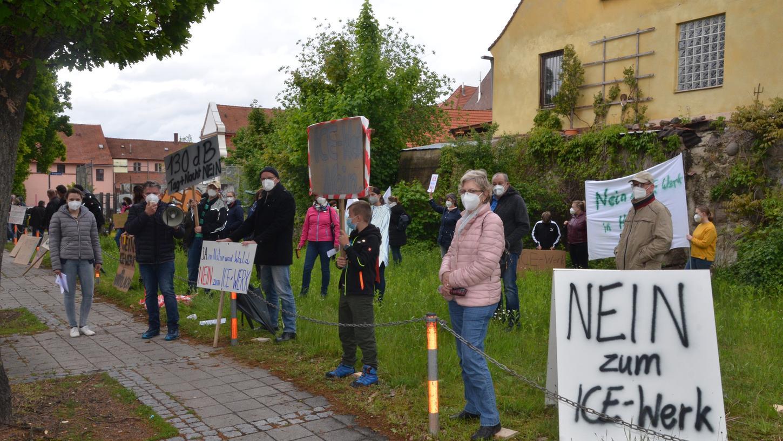Während die Vertreter der Deutschen Bahn vor dem Rother Stadtrat über ihre Pläne für ein ICE-Ausbesserungswerk berichteten, demonstrierten vor der Kulturfabrik die Harrlacher dagegen.
