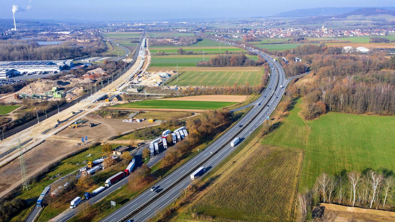 In Verlängerung des bestehenden A 73-Parkplatzes Regnitztal-West soll die geplante Raststätte errichten werden (fast genau in der Bildmitte). Der Autobahn-Parkplatz auf der Ostseite (auf dem Bild rechts der A 73) wird mit einer Überführung an die neue Anlage angeschlossen.