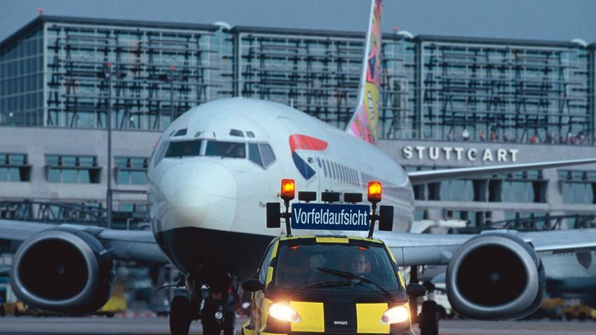 Flieger im Schlepptau: Der Smart im Jahr 2008 als Vorfeld-Fahrzeug auf dem Stuttgarter Flughafen.