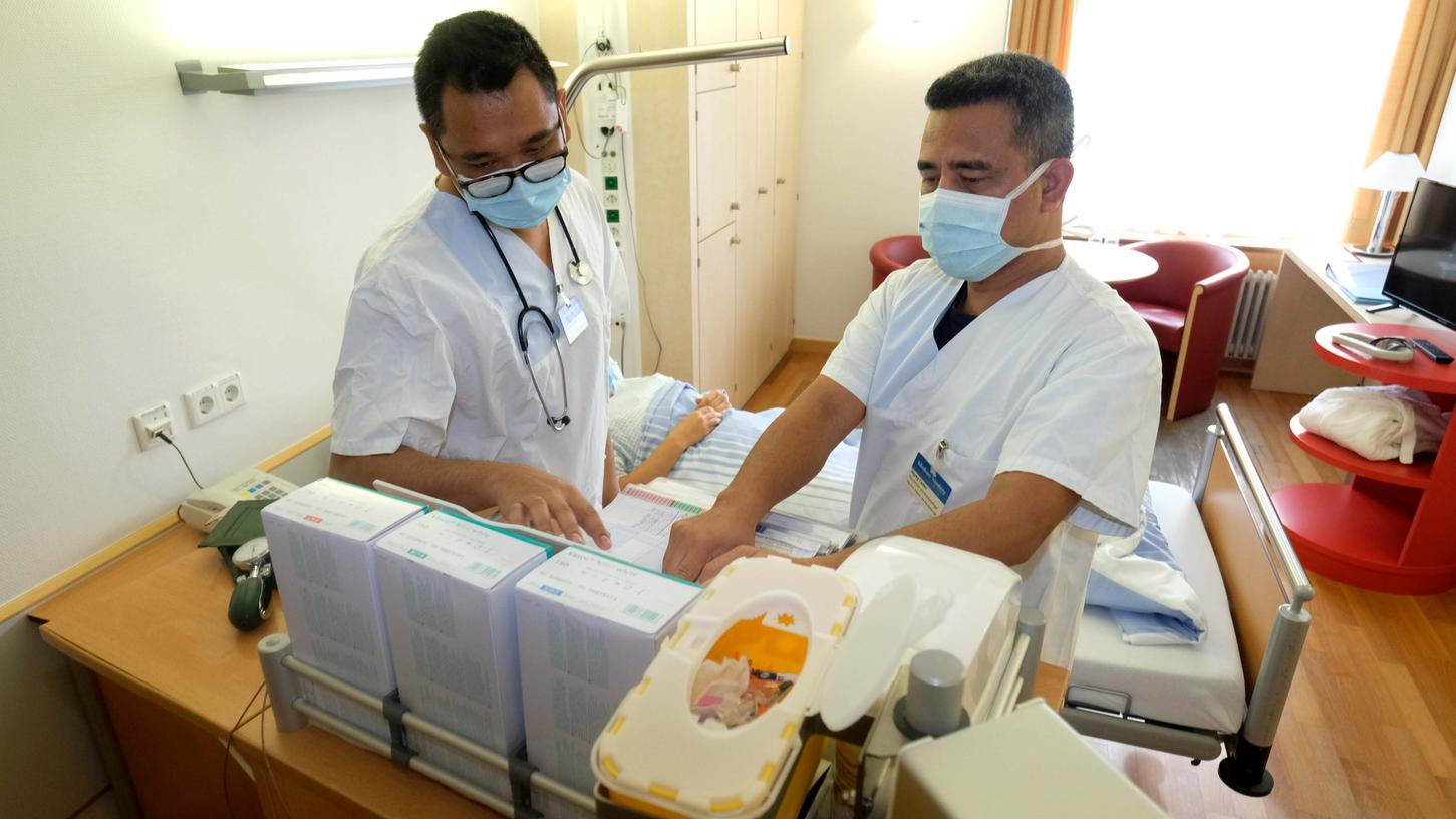 Auch diese zwei kürzlich aus dem Ausland rekrutierten Pflegekräfte zählen zu den 7000 Beschäftigten und 1000 Servicemitarbeitern des Klinikums Nürnberg, die jetzt einen zweiten
