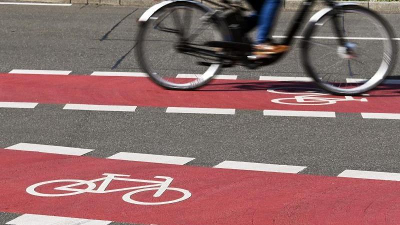 In der Innenstadt von Karlsruhe fährt ein Radfahrer auf einem Fahrradstreifen.