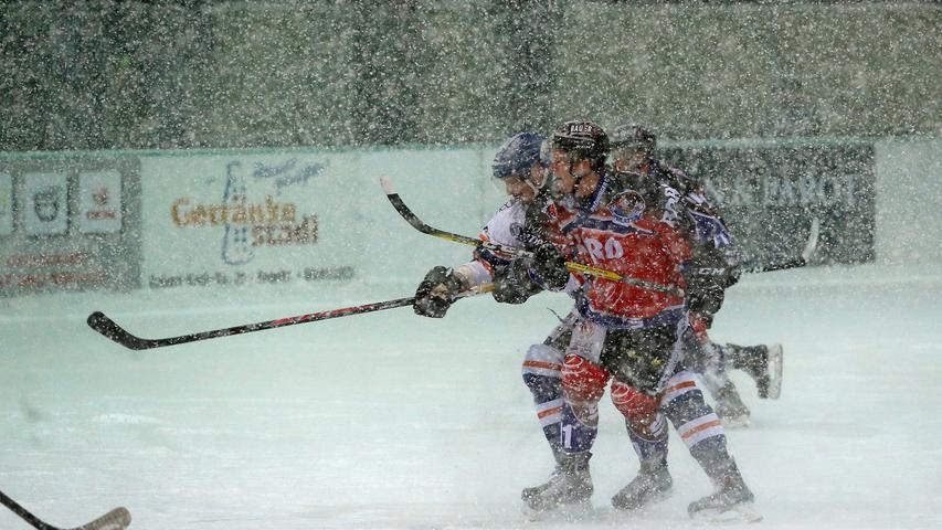 """Wer blickt denn da noch durch? Bei Schneetreiben im Pegnitzer Eisstadion haben es Spieler, Fans und Fotografen nicht leicht - auch wenn die """"Wintergames"""" für Eishockey-Nostalgiker ihren Reiz haben."""