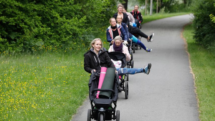 Hoch das Bein! Der stramme Spaziergang über die Forchheimer Sportinsel wird immer wieder mit gymnastischen Übungen gespickt.