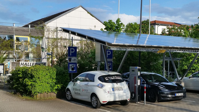 Der Platz für das kommunale Carsharing-Elektrofahrzeug (links) an der Solartankstelle am Hallerhof ist immer öfter von Privatfahrzeugen wie dem Tesla auf der rechten Seite blockiert. Foto: Helmut G. Bauerreis