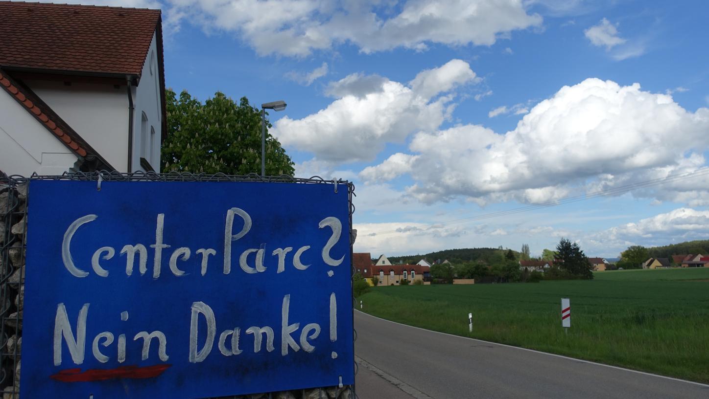 Der Widerstand gegen die Center-Parc-Pläne im Seenland drückt sich unter anderem in solchen Schildern aus.