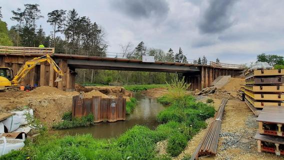 Michelfeld: Neue Eisenbahnbrücke im Sommer