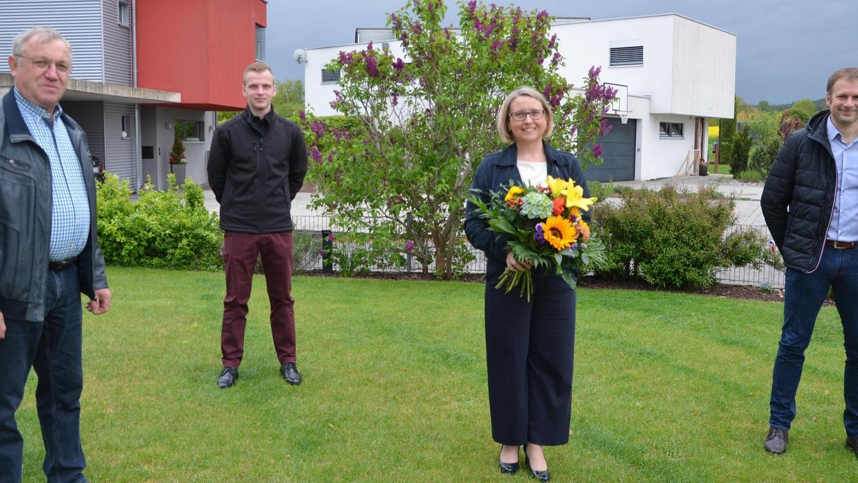 Einige Vertreter der Berger Christsozialen überraschten Susanne Hierl mit einem Blumenstrauß.