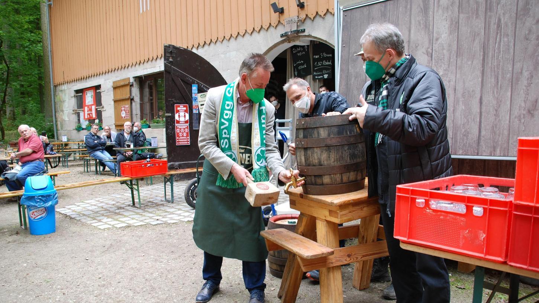 Start im Felsenkeller: Oberbürgermeister Thomas Jung durfte das erste Fass anstechen. Wirtschaftsreferent Horst Müller assistierte.