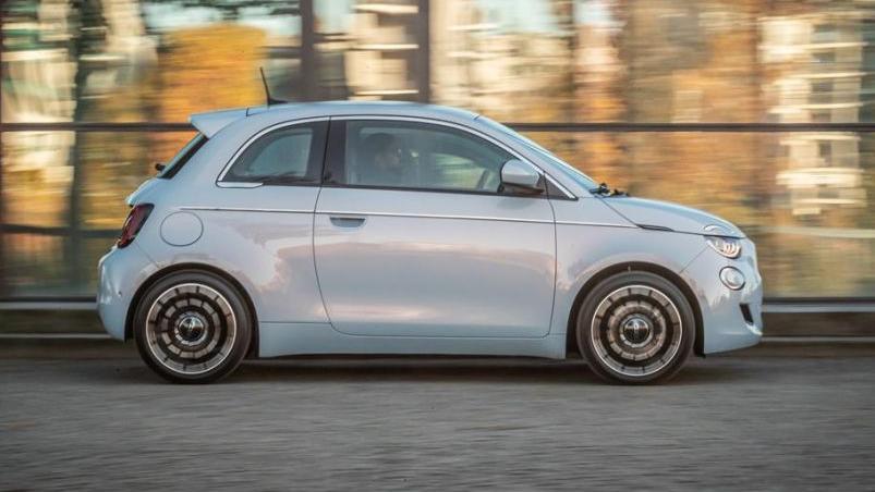 Den Fiat 500 Elektro gibt es wahlweise mit 70 kW/95 PS und 23,7-kWh-Akku - oder mit 87 kW/118 PS und 42 kWh.
