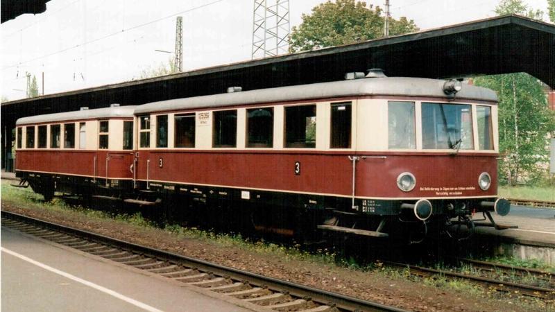 Am 5. Mai 2002 stand im Bahnhof Forchheim ein Triebwagen in klassischer DRG-Lackierung als Sonderzug.