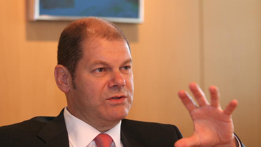 Scholz studierte in Hamburg Rechtswissenschaften und arbeitete Ende der 1980er Jahre als Anwalt für Arbeitsrecht. Er widmete sich vor allem Kündigungsschutzklagen. Während der Wiedervereinigung beriet er Betriebsräte in den Verhandlungen mit der Treuhand-Gesellschaft.
