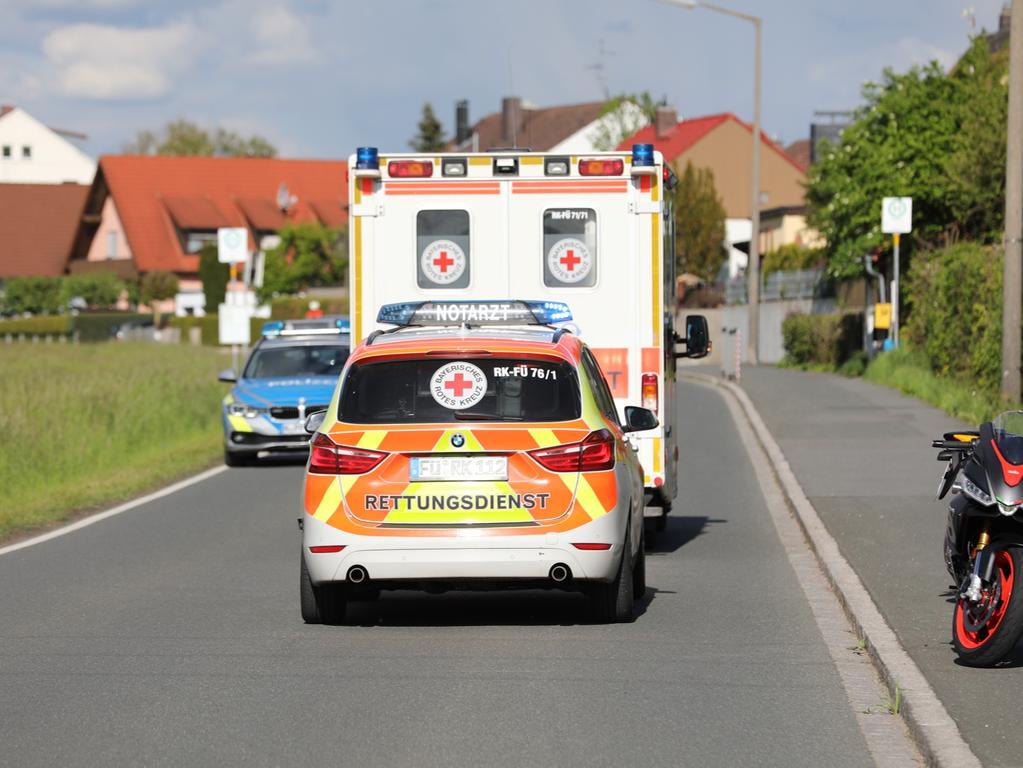 Am Samstagabend (29.05.2021) kam es auf der Langenzenner Straße Höhe Kagenhof (Lkr. Fürth) zu einem Motorradunfall. Eine Gruppe aus vier Bikern war unterwegs, dabei kam es zu einer Berührung unter den Motorradfahrern. Eine von ihnen wurde dabei verletzt und kam ins Krankenhaus. Die Straße war zur Unfallaufnahme gesperrt. Foto: NEWS5 / Oßwald Weitere Informationen... https://www.news5.de/news/news/read/20987