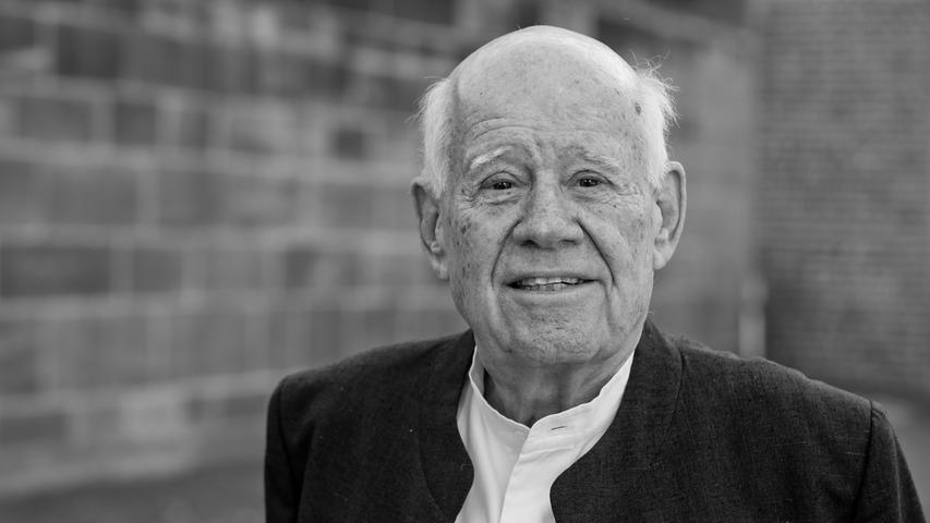 Der israelische Bildhauer Dani Karavan starb im Alter von 90 Jahren in Tel Aviv. Karavan war der Schöpfer der Straße der Menschenrechte in Nürnberg und hat dafür die Ehrenbürgerwürde erhalten.