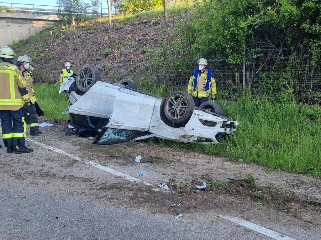 Zu einem schweren Verkehrsunfall kam es am Sonntagmorgen (30.05.2021) auf der Staatsstraße 2223 Ansbach in Richtung Röttenbach. Ersten Erkenntnissen nach war ein 24-jährige Ford-Fahrer zusammen mit seinem ebenfalls 24-jährigen Beifahrer auf Höhe der Abzweigung nach Immeldorf (Landkreis Ansbach)von der Fahrbahn abgekommen. Das Fahrzeug schleuderte über die Fahrbahn und überschlug sich, bevor es auf dem Dach am Fahrbahnrand zum Liegen kam. Der Fahrer verletzte sich bei dem Unfall glücklicherweise nur leichter, während der Beifahrer mit mittelschweren Verletzungen in ein Krankenhaus eingeliefert werden musste. Nach Informationen von vor Ort, stellte die Polizei bei dem 24-jährigen Fahrer einen Atemalkoholwert von 1,3 Promille fest. Er wurde zur Blutentnahme ebenfalls in ein Krankenhaus verbracht. Für die Unfallaufnahme wardie Staatsstraße in beide Fahrtrichtungen gesperrt. Foto: NEWS5 / Haag Weitere Informationen... https://www.news5.de/news/news/read/20989