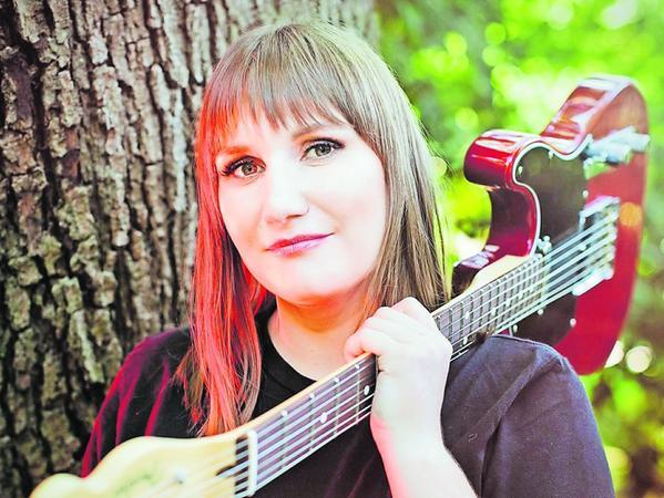Karin Rabhansl kommt aus Niederbayern und möchte die Treuchtlinger im August mit Gitarre und einem Solo-Programm mit Loop-Station begeistern.