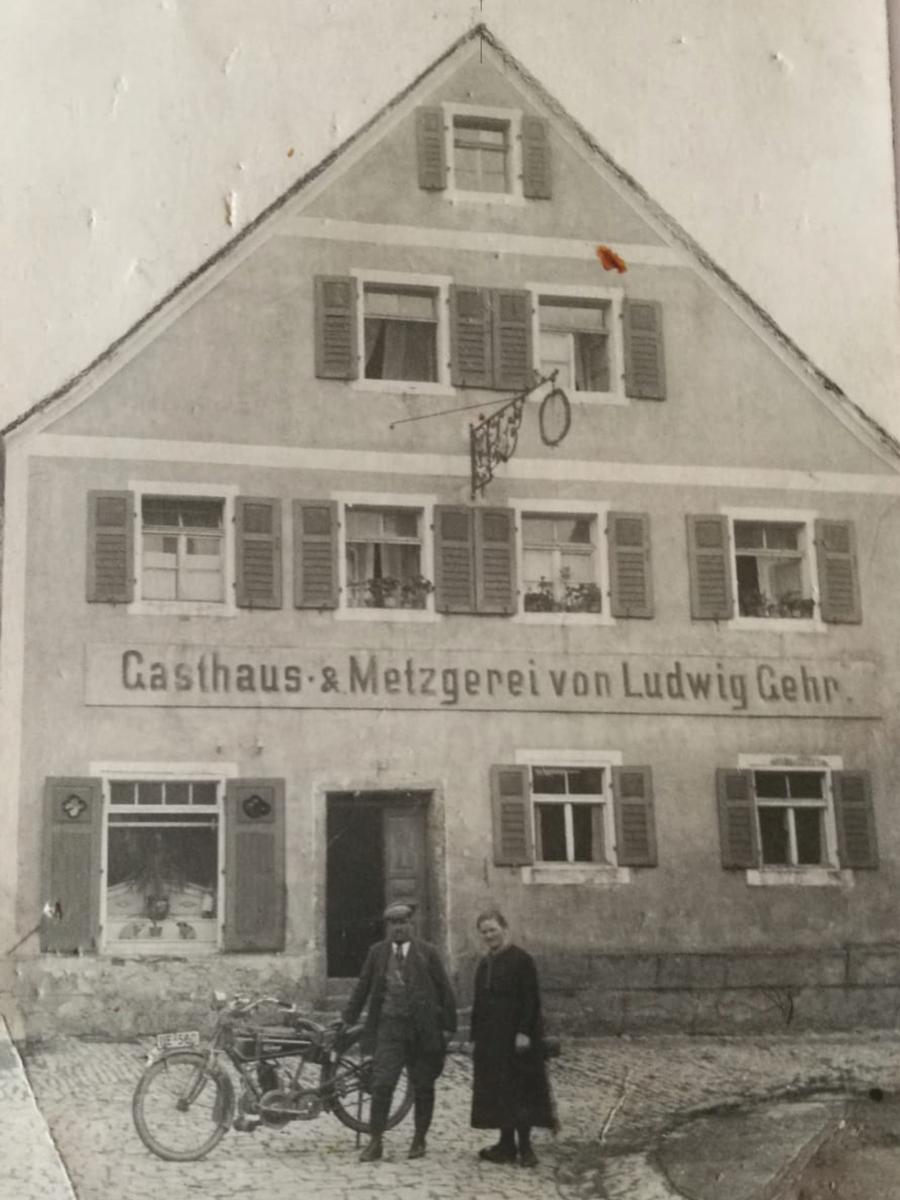 Ludwig und Anna Gehr, die Urgroßeltern von Steffi Lang, vor ihrem Gasthaus mit Metzgerei an der Lauterachstraße.