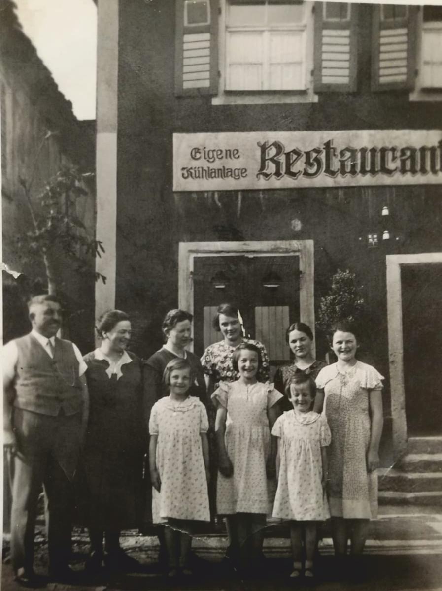 """Hier ist das Gasthaus Gehr schon ein """"Restaurant"""" mit eigener Kühlanlage: Das Mädchen vorne rechts ist Steffi Langs Oma Lina, die die Wirtschaft von den Eltern übernahm und später an Langs Onkel übergab."""