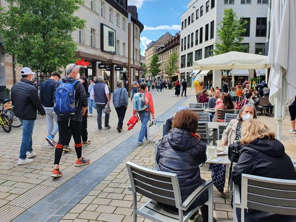 Lebendige Fußgängerzone: Viele nutzten das Wochenende, um endlich einmal wieder entspannt durch Fürth zu bummeln und einzukaufen.