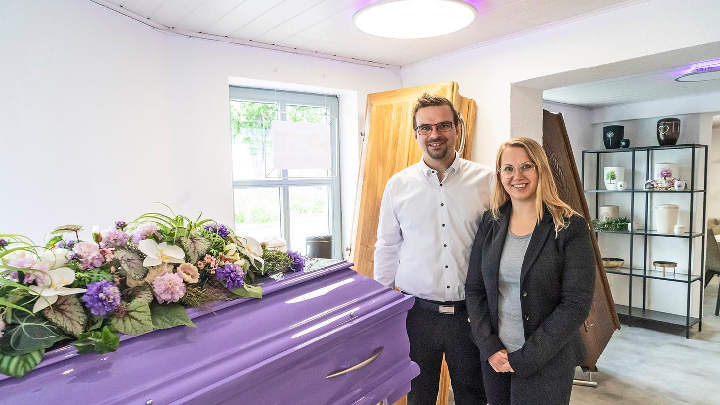 Das Bestatter-Ehepaar Felix und Katharina Meißel hat am Polizeikreisel in Herzogenaurach eine Filiale der