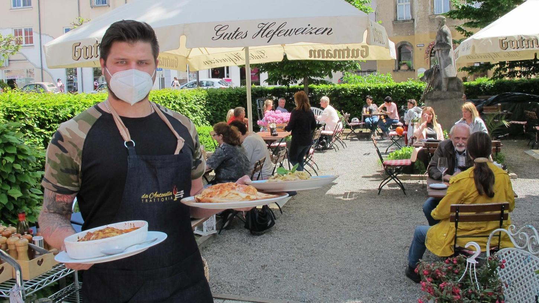 """Alex Rjabov hatte gestern alle Hände voll zu tun: Die """"Trattoria da Antonella"""" war zur Mittagszeit so voll, dass einzelne Gäste abgewiesen werden mussten."""