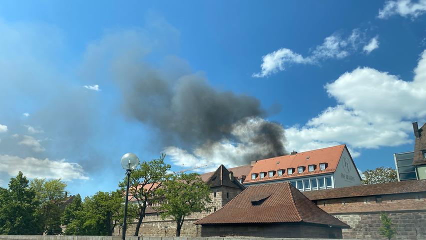 Wohnwagen in Flammen: Rauchwolken über Nürnberger Innenstadt