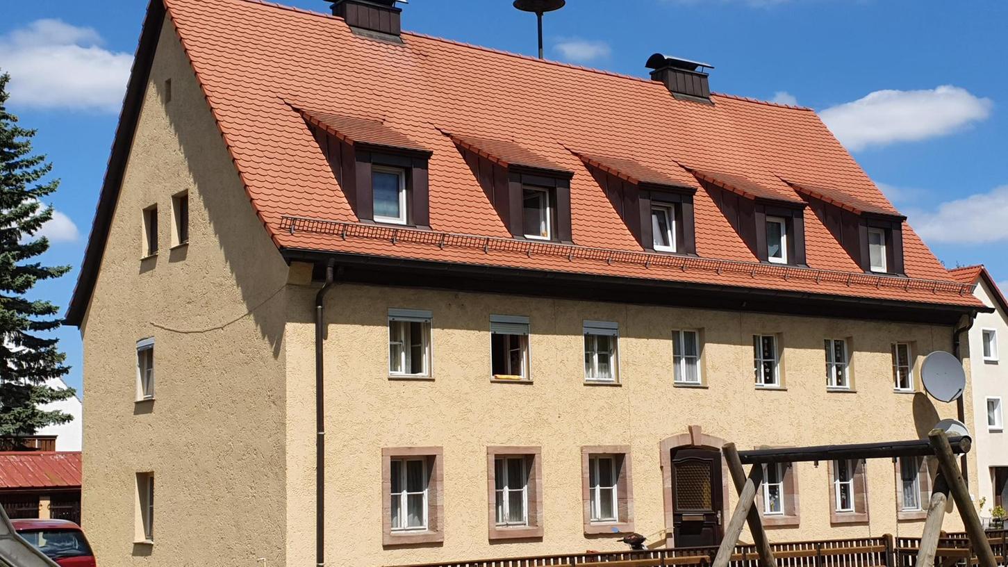 In Georgensgmünd ist ein erstes Projekt für bezahlbaren Wohnraum bereits weit fortgeschritten. Das betreffende gemeindliche Gebäude in der Industriestraße 9 könnte je nach Wirtschaftlichkeit saniert und ergänzt, oder aber abgerissen und durch einen Neubau ersetzt werden.