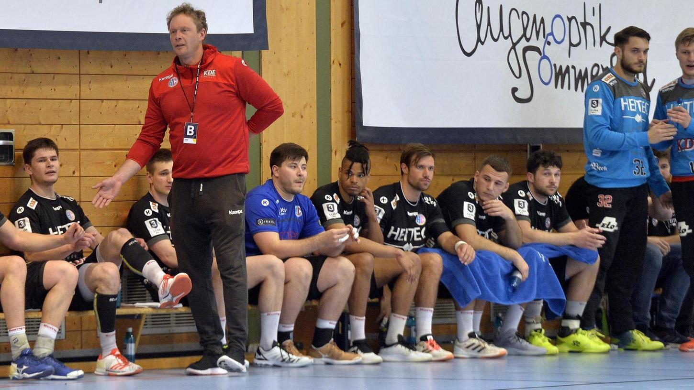 Konnte auch aus der Corona-Rumpfsaison im Ligapokal sportliche Erkenntnisse ziehen: Coach Tobias Wannenmacher (vorne, in rot), hier mit seinem Team der U 23 des HC Erlangen.