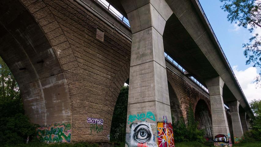 Bei Streifzügen durch die Rednitz-Auen kommt man eventuellauch an den beiden Eisenbahnbrücken bei Wolkersdorf vorbei. Es ist interessant die beiden verschiedenen Bauwerke nebeneinander zu betrachten. Der fünfbogige Sandsteinquaderbau, erbaut 1848 westlich von Wolkersdorf, der Eisenbahnlinie Treuchtlingen – Nürnberg wurde in den letzten Tagen des 2. Weltkriegs zerstört, jedoch von den Amerikanern (Gedenktafel) im alten Stil, bereits 1946 wieder aufgebaut. Der später notwendige, zusätzliche Brückenneubau wurde im Stil der damaligen Zeit als nüchterne Betonbrücke daneben erstellt. So sind diese beiden unterschiedlichen Bauwerke interessante Zeitzeugen ihren Epoche.