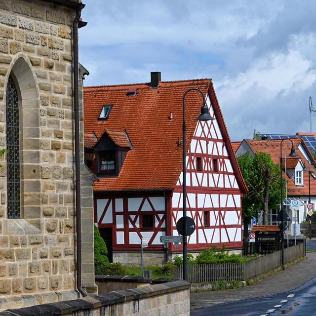 Der Blick auf Kirche (links) und Feuerwehrhaus in der Hauptstraße.