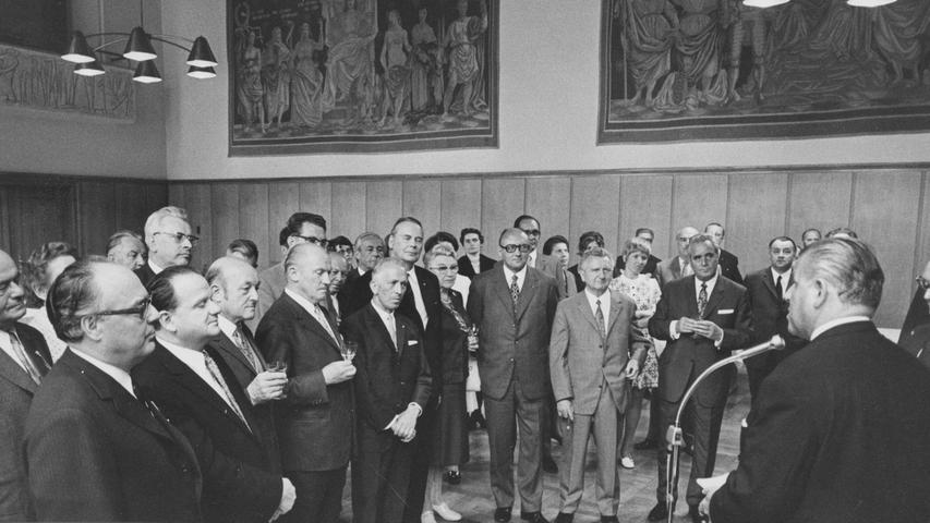 Zum erstenmal hat der Bayerische Senat der Stadt Nürnberg einen offiziellen Besuch abgestattet. Oberbürgermeister Urschlechter, selbst Mitglied der Zweiten Kammer, empfing die Gäste mit protokollarischen Ehren.Hier geht es zum Kalenderblatt vom 8. Juni 1971: Bayerns Senat war Gast in Nürnberg.