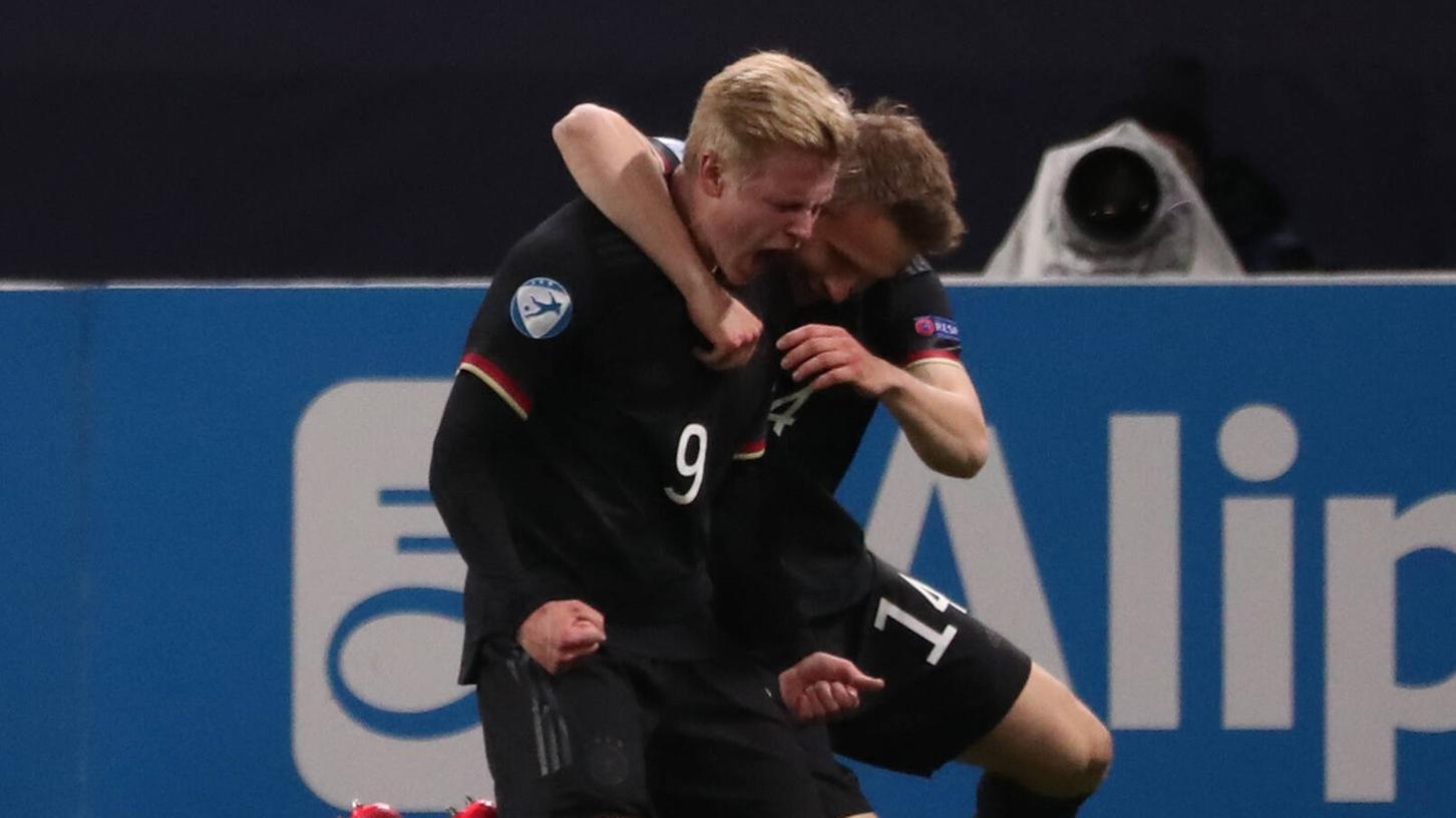 Nur noch glücklich:Paul Jaeckel (rechts) jubelt mit U21-Teamkollege Jonathan Burkardt im Elfmeter-Krimi gegen Dänemark.