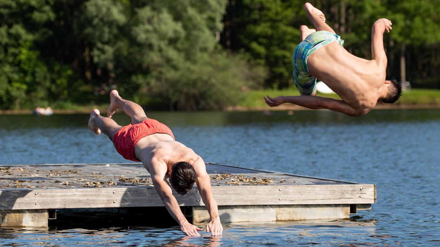 Jugendliche springen von einer Schwimminsel in den Rothsee. Auch dieses Badegewässer im Landkreis Roth weist laut dem jüngsten Bericht der EU-Umweltagentur eine gute Wasserqualität auf.