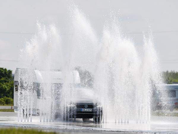 Wer mit dem Auto zu spritzig durch Pfützen fährt, kann bestraft werden - zum Beispiel im Land des Regens, in Großbritannien.