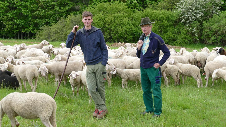 Konrad Stiller (rechts) hört nach 40 Jahren in seinem Beruf als Schäfer auf. Der studierte Literaturwissenschaftler entschied sich für eine Arbeit und ein Leben in der Natur. Der 64-Jährige hat mit Michael Bauer einen Nachfolger gefunden und arbeitet den jungen Mann ein.