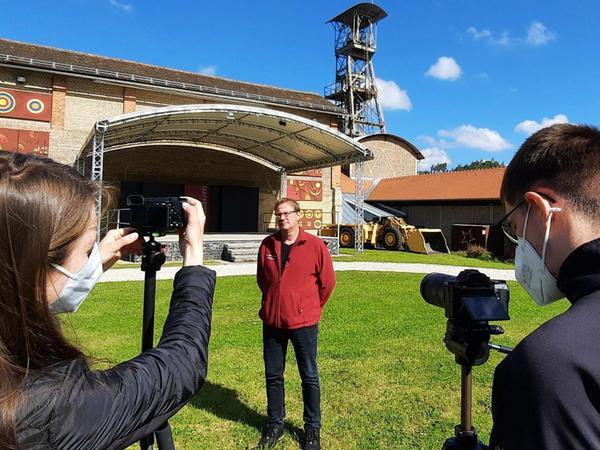 Matthias Regn vom Förderverein Maffeispiele (Mitte) wurde auf dem Freigelände des Bergbaumuseums für das Filmprojekt interviewt. Er erklärte den Weg vom Museum zur Kulturstätte mit Bühne.