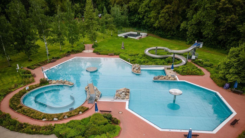 Die Becken im Parkbad sind bereit. Auch das Schwimmerbecken ist nach der Reparatur wieder gefüllt. Am Donnerstag beginnt die Badesaison in Schwabach.