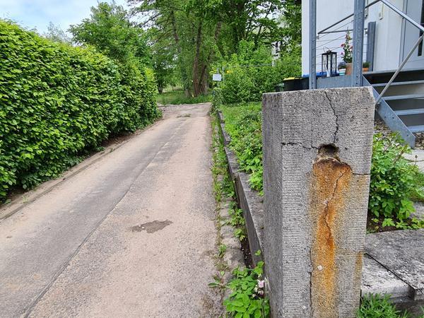 Viel Schwerlastverkehr zum rückwärtigen Teil des Hainbrunnenparks findet über diese kleine Gasse an der Johann-Sebastian-Bach-Straße statt.