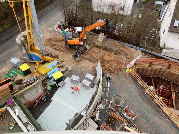 Lärm und Erderschütterung: Die aufwändigen Bauarbeiten für die Abwasser-Pumpanlage wurden für Bewohner und Anwohner zur Belastungsprobe. Inzwischen ist die Baugrube (rechts) wieder verfüllt.