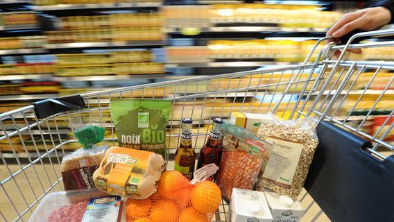 Frau versuchte Einkaufswagen voller Lebensmittel zu klauen