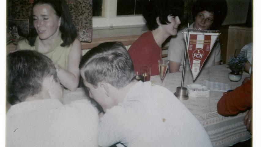 Die Club-Wimpel waren auf den Tischen im Gasthaus Heilmann natürlich allgegenwärtig.