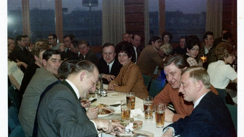 Die Ehepaare Schork und Vasold ließen sich wie die Club-Profis den Schinken im Brotteig mit Spargel schmecken, den das Wirtspaar Schuster zur Feier des Tages aufgefahren hatte.