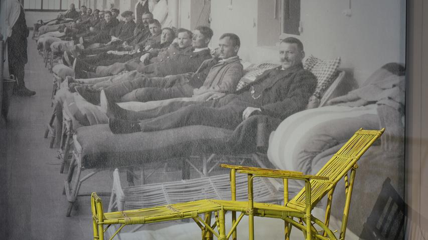Blick auf einen Davoser Liegestuhl aus dem Kurhaus Holsboer, heute Hotel Europe, Davos, um 1930