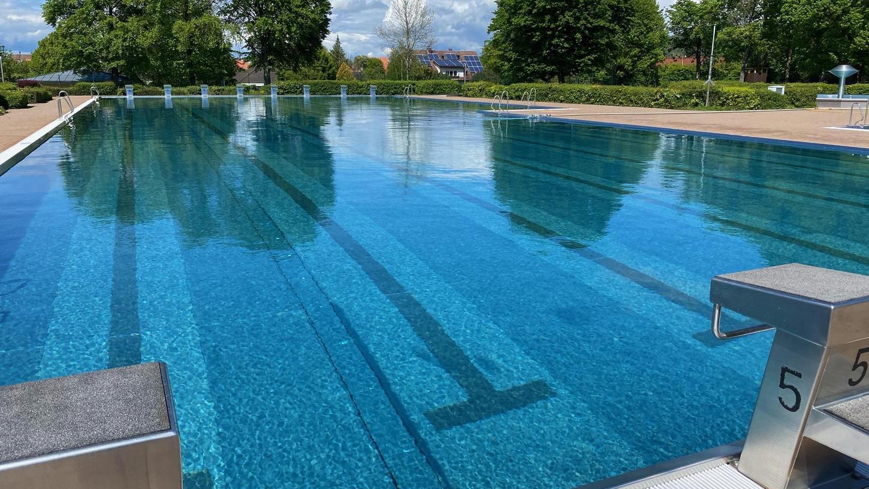 Die Optik stimmt schon: Das Schwimmbecken im Limesbad ist seit Kurzem mit Wasser gefüllt. Allerdings ist das im Moment noch zu kalt zum Schwimmen.