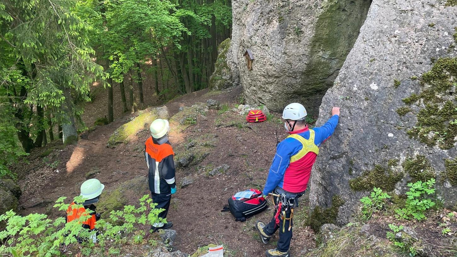 Mittels eines Statikseileinsatzes haben Helfer von Bergwacht und Feuerwehr den Kletterer aus dem Raum München aus der Wand gerettet.