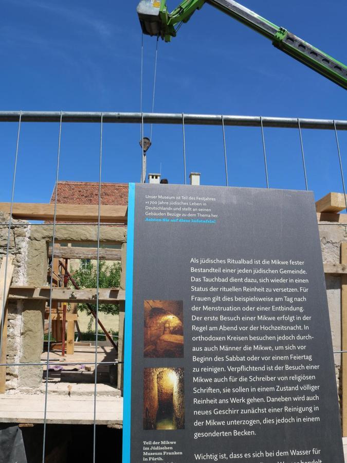 Solche Schilder, wie hier am Bauzaun der Synagoge aus Allersheim, sind auch an vielen anderen Häusern im Museum zu sehen.