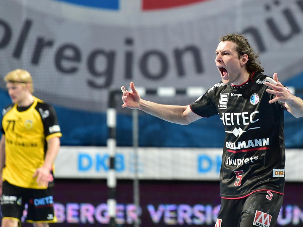02.06.2021 --- Handball --- 1. Bundesliga LIQUI MOLY HBL --- Saison 2020 2021 --- 33. Spieltag: HC Erlangen Metropolregion Nürnberg HCE - HSC Coburg --- Foto: Sport-/Pressefoto Wolfgang Zink / OGo --- ..Andreas Schröder (71, HSC 2000 Coburg ) enttäuscht / Enttäuschung Johannes Sellin (5, HC Erlangen HCE ) Jubel Freude