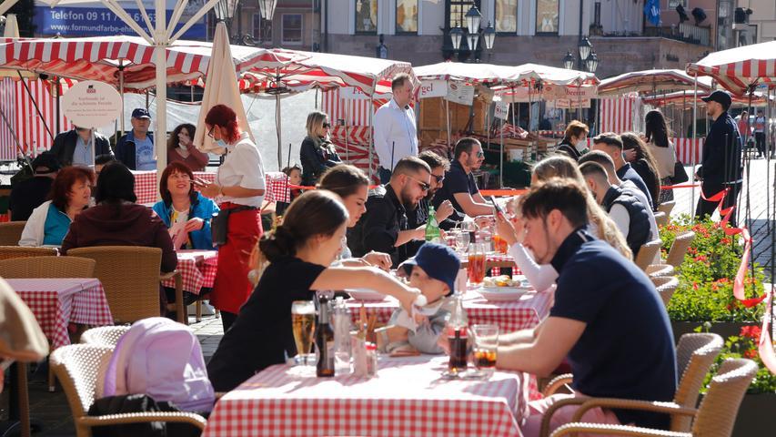 Nürnberg  , am 30.05.2021 Ressort: Lokales  Foto: Michael Matejka Stadt Nürnberg, Sommer in der Stadt So genießt Nbg die Sonne: Hauptmarkt Serie:1 Bild von 20