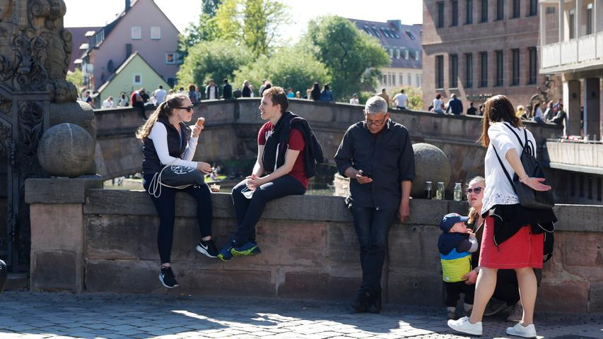 Nürnberg  , am 30.05.2021 Ressort: Lokales  Foto: Michael Matejka Stadt Nürnberg, Sommer in der Stadt So genießt Nbg die Sonne: Museumsbrücke Serie:1 Bild von 20
