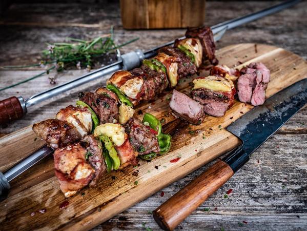 Der Clou an den Kalbsrücken-Spießen sind die mit Bacon umwickelten Camembert-Stückchen.